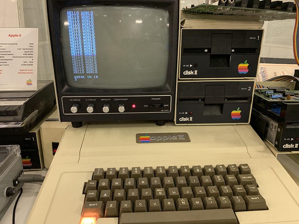 Привет мир! Именно так приветствовали пользователей первые ЭВМ Apple.