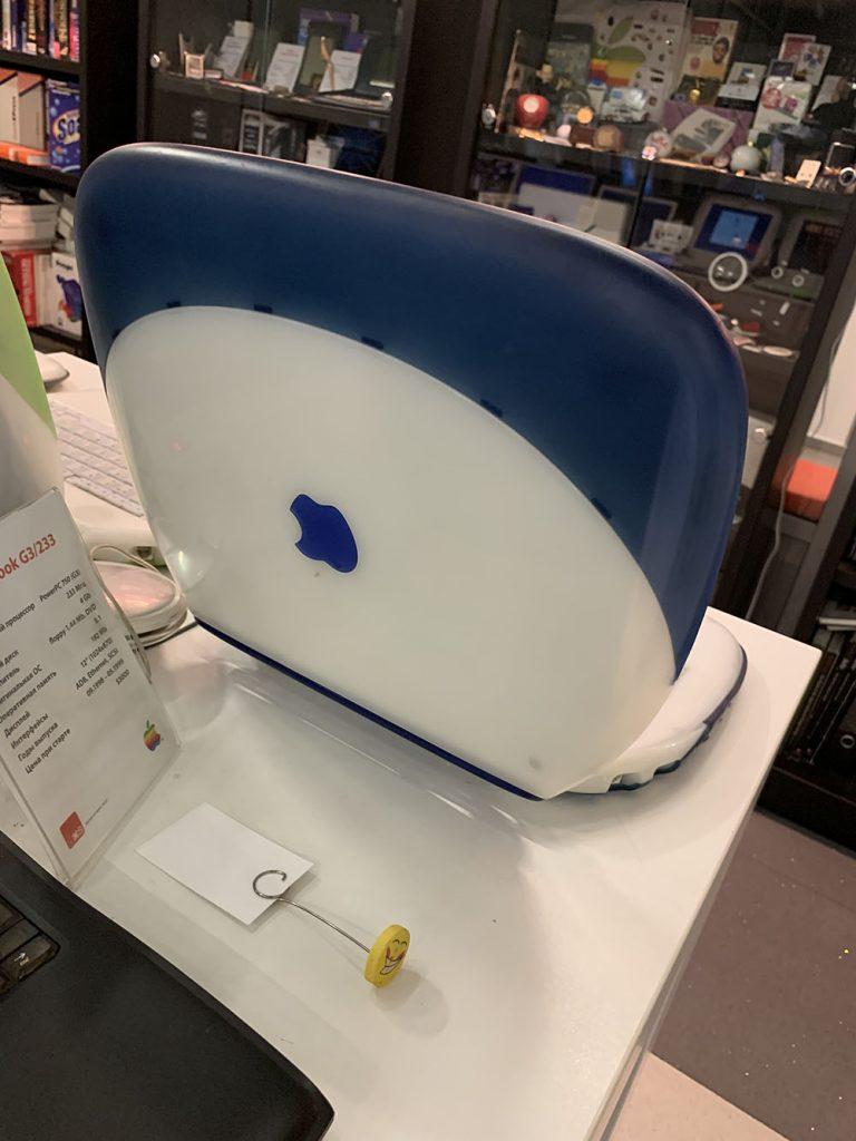 На первых ноутбуках яблоко было перевернуто в открытом виде